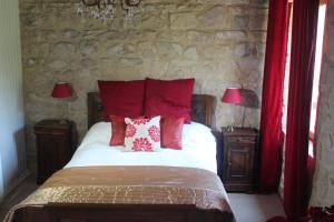 A bed or beds in a room at La Maison à côté de l'Église