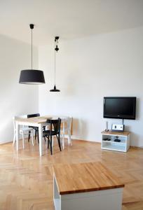 TV a/nebo společenská místnost v ubytování Central-Modern-Apartment