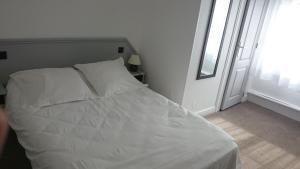 Un ou plusieurs lits dans un hébergement de l'établissement Hôtel De Normandie
