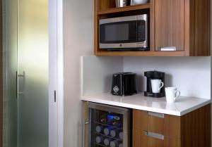 A kitchen or kitchenette at The District by Hilton Club