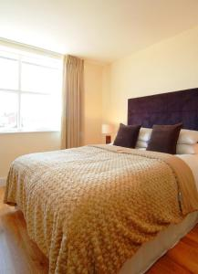 A bed or beds in a room at Reading Serviced Apartments
