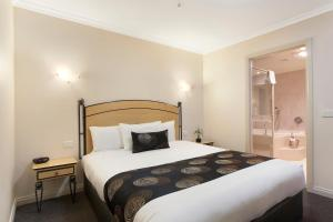 A bed or beds in a room at Melbourne Metropole Central