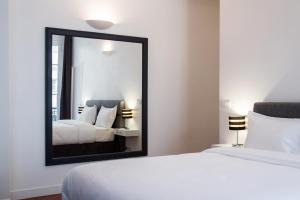 A bed or beds in a room at Paris Square