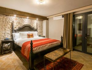 A bed or beds in a room at Casa 1810 Hotel Boutique