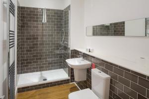 A bathroom at Edinburgh Castle Apartments