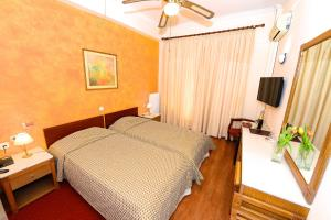 A bed or beds in a room at Hotel Dalia
