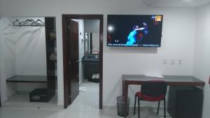 Una televisión o centro de entretenimiento en Hotel Cermar Plaza