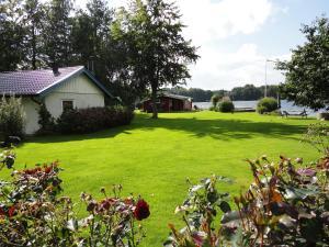 En trädgård utanför Sjöstugan o Lillstugan
