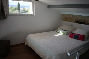 A bed or beds in a room at La Sousta