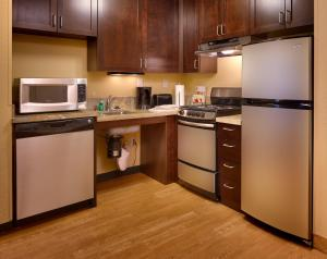 A kitchen or kitchenette at TownePlace Suites by Marriott Las Vegas Henderson