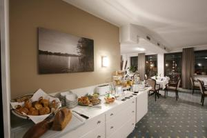 A restaurant or other place to eat at Hotel am Peterstor