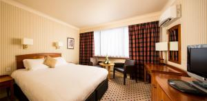 A bed or beds in a room at Mercure Norwich Hotel