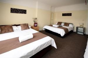 A bed or beds in a room at Sheridans Guest Accomodation