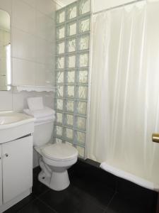 A bathroom at Hotel La Fuente