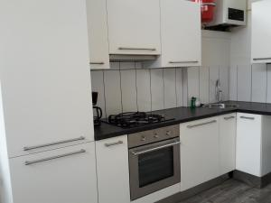 Een keuken of kitchenette bij Sea City Family Apartment