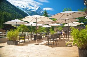 A restaurant or other place to eat at Hôtel Le Refuge des Aiglons