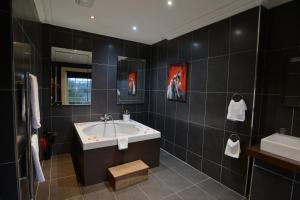 A bathroom at Park House Hotel