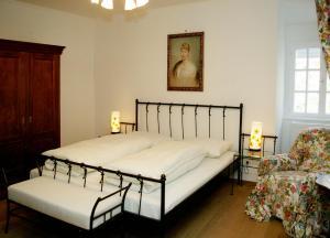 A bed or beds in a room at Knappenstöckl
