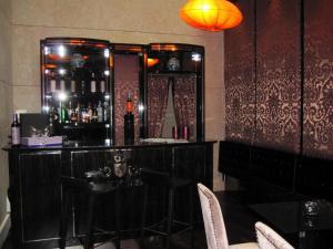 Un restaurante o sitio para comer en Nexus Valladolid Suites & Hotel