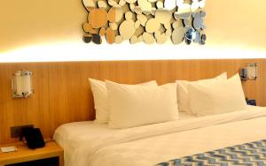 A bed or beds in a room at Louis Kienne Hotel Simpang Lima