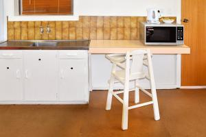 A kitchen or kitchenette at Armidale Motel