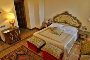 A bed or beds in a room at Hotel La Collegiata