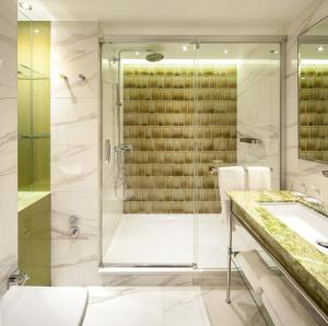 A bathroom at TITANIC Chaussee Berlin