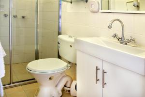 A bathroom at Armidale Motel