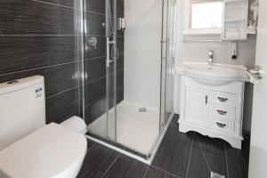 A bathroom at Lily Sands Inn