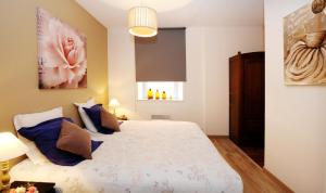 A bed or beds in a room at Apartement au 62