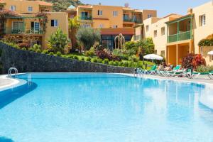 The swimming pool at or near Apartamentos La Caleta