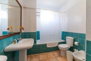 A bathroom at Apartamentos La Caleta