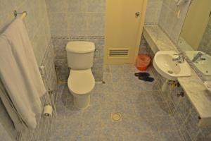 A bathroom at Queens Hotel