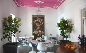 A restaurant or other place to eat at Tavira House