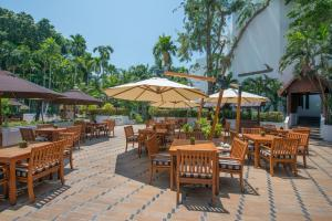 A restaurant or other place to eat at Avani Pattaya Resort