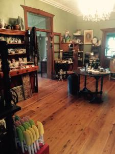 A restaurant or other place to eat at Catania Cottage & Farmhouse