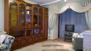 Телевизор и/или развлекательный центр в Апартаменты на Комсомольской улице