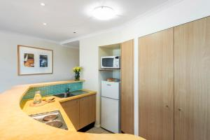 A kitchen or kitchenette at Oaks The Entrance Waterfront Suites