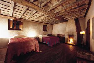Een bed of bedden in een kamer bij Sextantio Albergo Diffuso