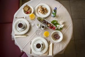 Breakfast options available to guests at Hotel Du Lac