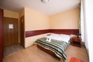 Łóżko lub łóżka w pokoju w obiekcie Zajazd Saga