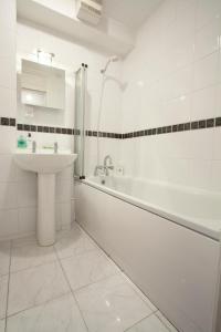 A bathroom at Tower Bridge Apartment