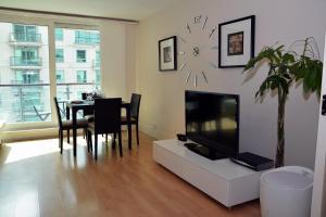 Una televisión o centro de entretenimiento en River Thames View Apartment