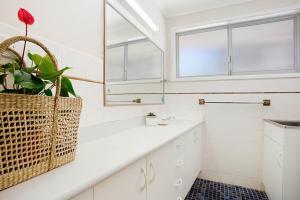 A bathroom at A PERFECT STAY - Kurrawa Lodge