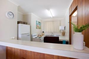 A kitchen or kitchenette at A PERFECT STAY - Kurrawa Lodge