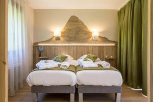 A bed or beds in a room at Le Relais du Grand Air