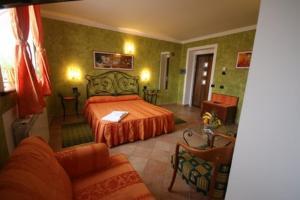 Un pat sau paturi într-o cameră la Vila Romeo And Juliet