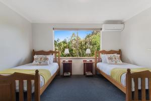 A bed or beds in a room at Shambhala Guesthouse