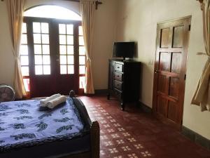 Una televisión o centro de entretenimiento en Hotel La Polvora
