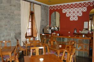 A restaurant or other place to eat at Puente Romano